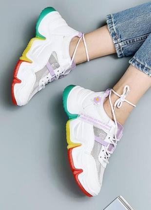 Женские белые кроссовки на цветной подошве