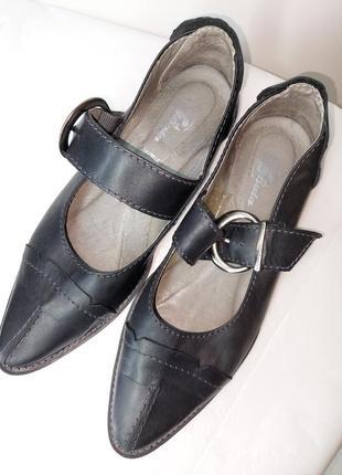 Шкіряні туфлі з гострим носком