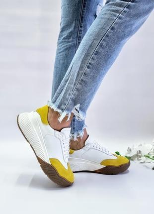 Белые кожаные кроссовки lori в сочетании с желтой замшей