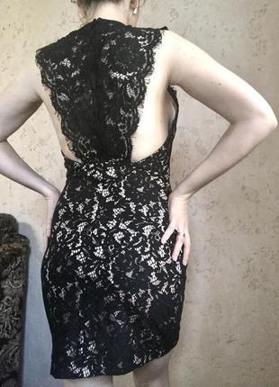 Кружевное чёрное платье с бежевой подкладкой облегающее по фигуре с открытой спиной с кружевом на спине