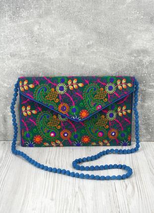 Оригинальная яркая фетровая сумка-конверт с вышивкой.