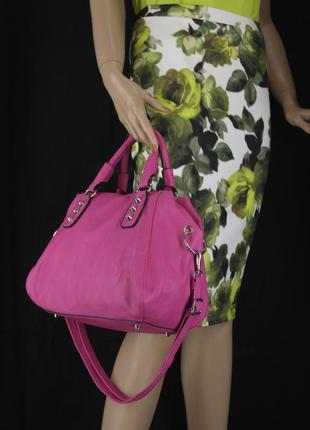 Стильная красивая яркая сумка цвета фуксия.10 фото