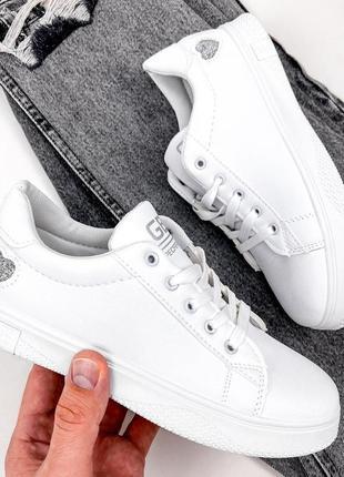 Белые кроссовки кеды с сердечком