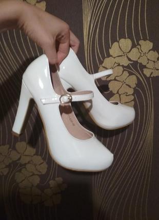 Белые лаковые туфли на каблуке вечерние туфли свадебные туфли выпускные