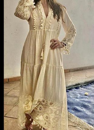 Длинное бежевое кружевное платье в стиле богемный шик