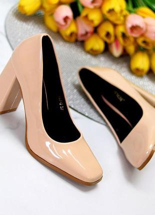Бежевые лаковые туфли на каблуке 9 см с квадратным носком