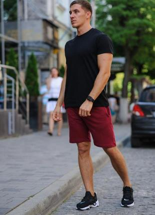 Летний комплект - черная футболка и бордовые шорты