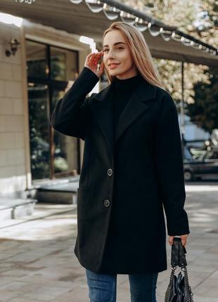 Коротке демісезоне пальто на гудзиках