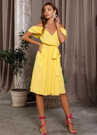 Жёлтый сарафан на запах с открытыми плечами