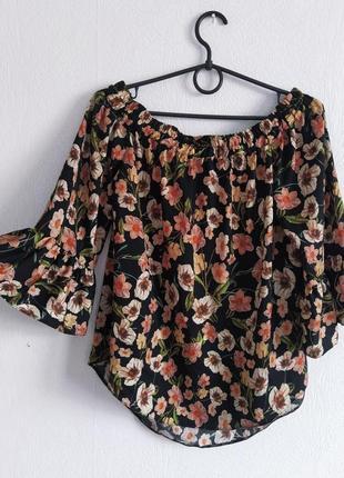 Атласная блуза на плечи в цветочный принт