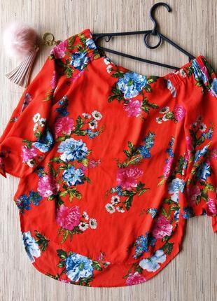 Красивая яркая цветочная блуза с опущенными плечиками