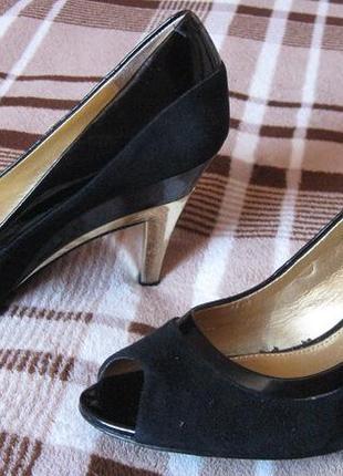 Туфли с открытым носом и золотистым каблуком