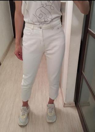 Хлопковые джинсы мом момы с необработанными краями boohoo.