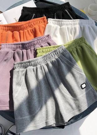 Трендовые трикотажные шорты с карманами