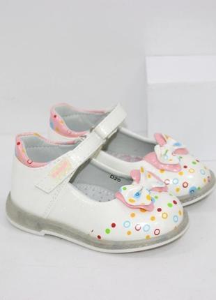 Красивые лаковые туфли для девочек с бантиком.