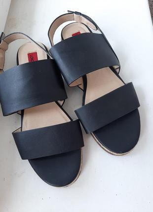 Босоножки на танкетке прессованная кожа сандали