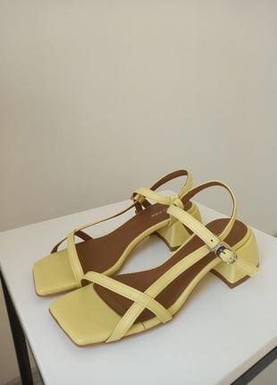 Элегантные кожаные босоножки желтого цвета на каблуке 4 см