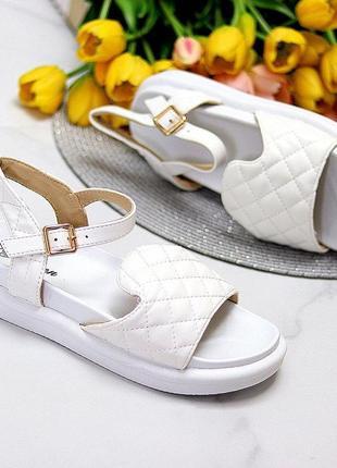 Белые летние босоножки на платформе сандали на низком ходу стёганые