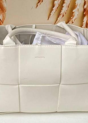Жіноча брендова сумка bottega біла та чорна