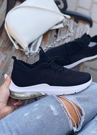 Текстильные чёрные кроссовки на белой подошве. наложка