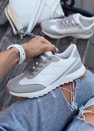 Качественные стеганные кроссовки. наложка