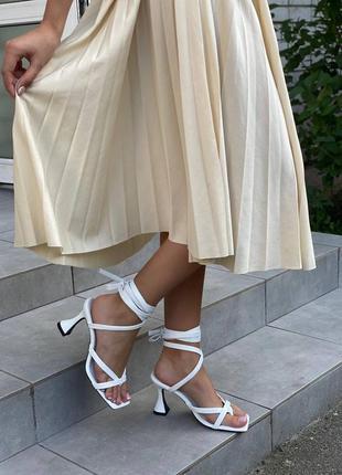 Шикарные белые босоножки на каблуке клёш 5825-2