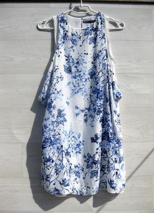 Красивое белое свободное платье с нежным синим цветочным принтом zara