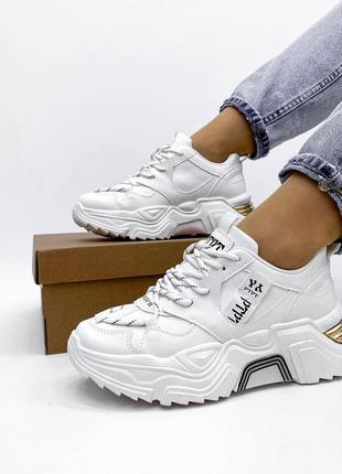 Массивные белые кроссовки
