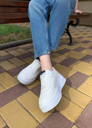 Білі кросівки в стилі форс
