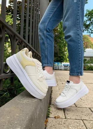 Бежеві кросівки в стилі форс