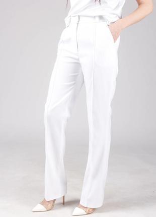 Классические белые брюки со стрелками