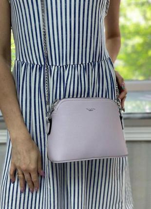 Сиреневая сумка на серебристой цепочке