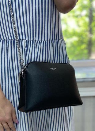 Черная сумка на серебристой цепочке