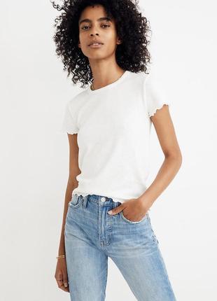 Белая футболка в рубчик