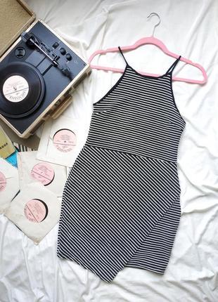 Трикотажное платье в актуальный рубчик с имитацией запаха