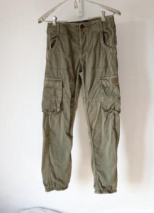 Штани кольору хакі з накладними кишенями