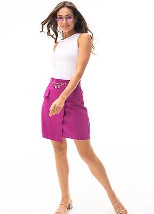 Женская мини-юбка с цепочкой и асимметрией пурпурная