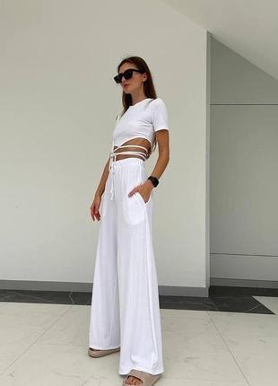 Красивый белый костюм