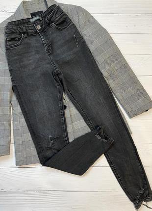 Серые джинсы скини с рваностями