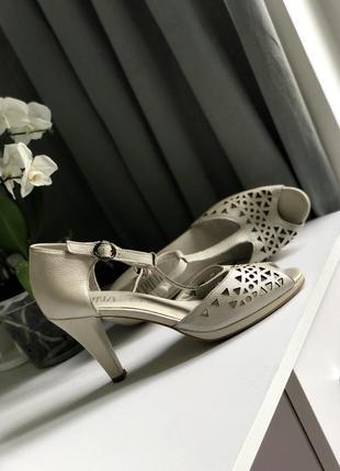 Кожаные босоножки на платформе каблуке
