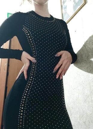 Черное облегающее платье по фигурке