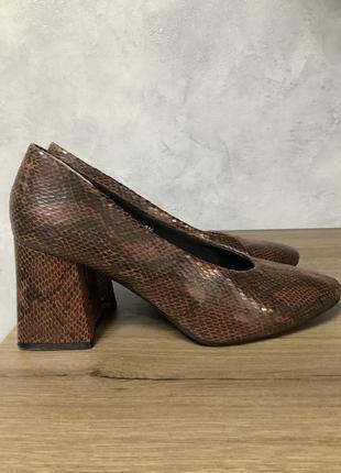 Стильные туфли marks&spencer на устойчивом каблуке размер 39