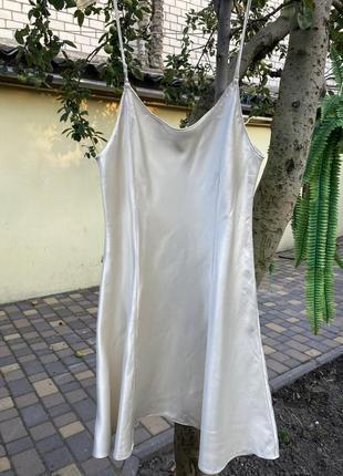 Шелковое бежевое телесное платье на тонких брителях