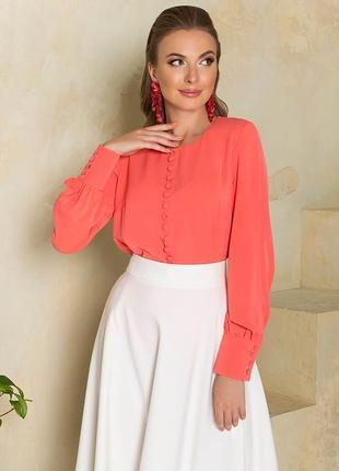 Свободная блуза  кораллового цвета с декоративными пуговицами, имитирующими центральную застежку по центру переда