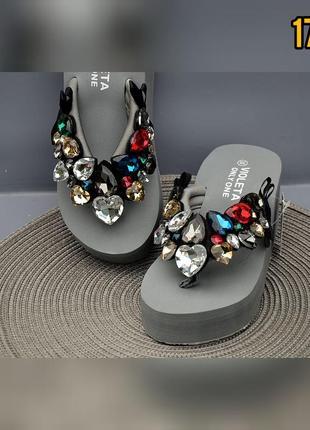 Пляжная обувь шлепанцы вьетнамки на танкетке с камнями