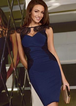 Красивое платье с кружевом цвета сапфира