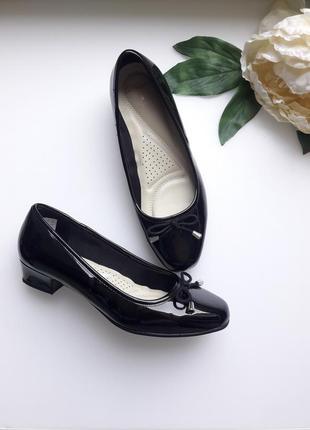 Черные туфли лодочки на маленьком каблуке от clarks