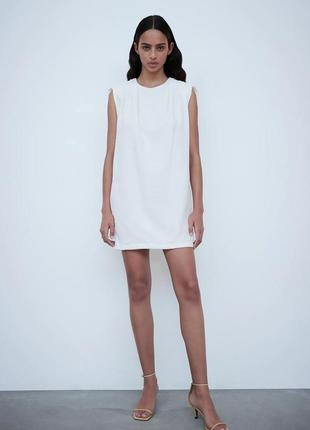 Платье мини белое со сборками на плечах и подплечниками zara