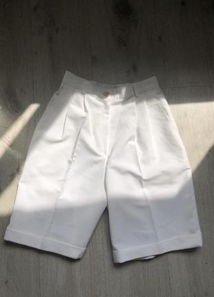 Белые шорты бермуды