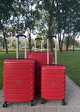Качественный чемодан!!!полипропилен ,дорожная сумка ,надёжный ,двойные колеса